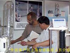 外国客户向上海贝凯科技人员介绍使用体会