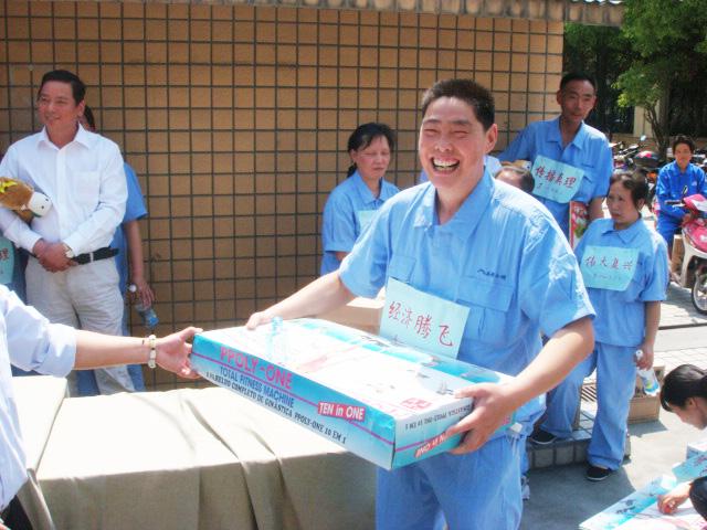 跑步结束后,公司工会给获奖员工分发奖品,公司员工都非常开心