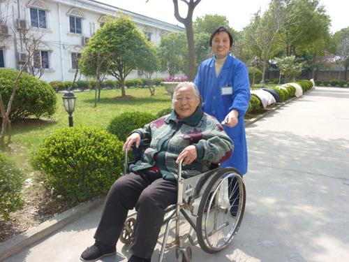 护理人员与老人