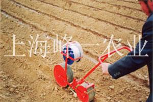 小型手推播种机农间作业时