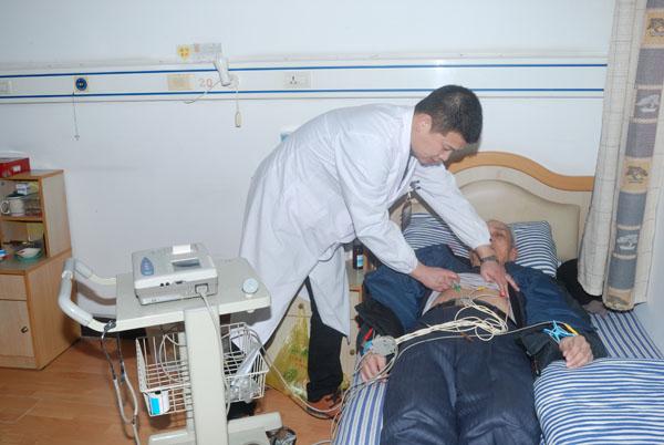 在老人自己房间内做康复理疗2