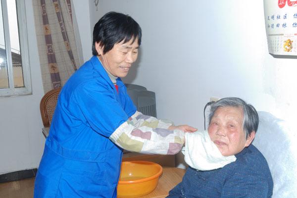 护工为老人擦脸