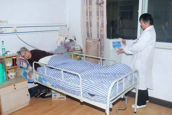 在老人自己房间内做康复理疗1