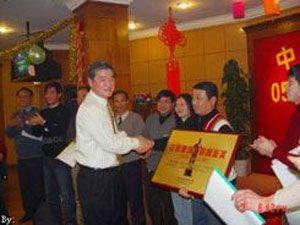 公司总经理同荣获中国建筑鲁班奖的项目管理部的同志合影